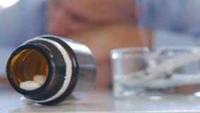 Sonno stanco dell'uomo vertiginoso con la testa sulla Tabella dopo abuso del medicinale stock footage
