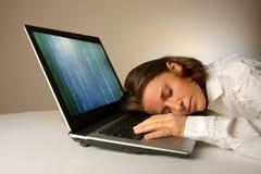 Sonno su un computer portatile Fotografia Stock