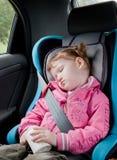 sonno sveglio del bambino dell'automobile fotografia stock
