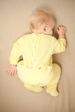 Sonno sveglio del bambino sulla base Fotografia Stock