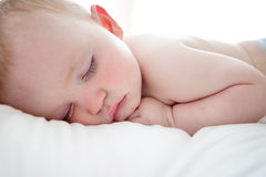 Sonno sveglio del neonato Fotografia Stock Libera da Diritti
