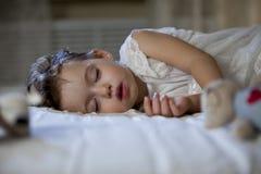 Sonno sveglio della bambina Fotografie Stock