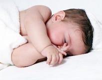 Sonno sveglio della neonata Fotografia Stock Libera da Diritti