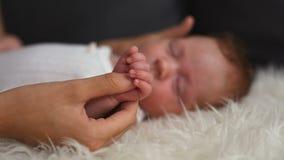 Sonno sveglio della ragazza di neonato stock footage