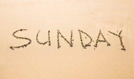 Sonntag geschrieben auf einen tropischen Strand Lizenzfreie Stockbilder