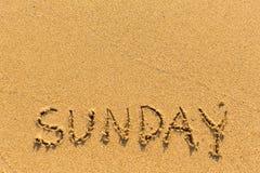 Sonntag - gezeichnet auf den Sandstrand Auszug stockfotos