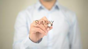 Sonntag, Mann-Schreiben auf transparentem Schirm Stockbild
