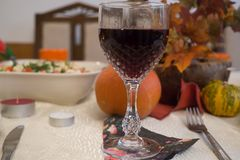 Sonntags-Abendessen mit Rotwein Stockbild