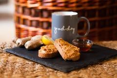 Sonntags-Frühstück: Toast mit Erdnussbutter und Honig stockbild