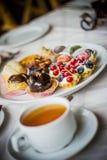 Sonntags-Teeparty Bonbons und Freudenfoto durch ZVEREVA stockbilder