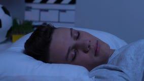 Sono adolescente profundamente na cama em casa, abrandamento saudável, roupa de cama limpo video estoque