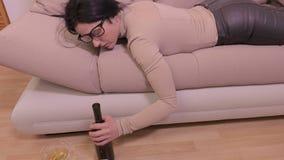 Sono bêbado da mulher no sofá video estoque