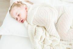 Sono bonito da menina coberto na cobertura branca imagem de stock royalty free