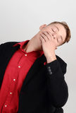 Sono de bocejo cansado do homem de negócio na cadeira executiva. Fotos de Stock Royalty Free