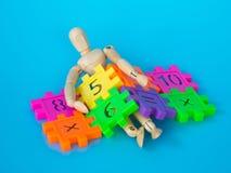 Sono de madeira do fantoche no número plástico do colorfull no fundo azul Conceito da matemática ou do cálculo da educação Copie  Foto de Stock Royalty Free