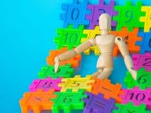 Sono de madeira do fantoche no número plástico do colorfull no fundo azul Conceito da matemática ou do cálculo da educação Copie  Imagens de Stock