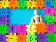 Sono de madeira do fantoche no número plástico colorido no fundo azul Conceito da instrução Copie o espaço para o texto e o índic Foto de Stock Royalty Free