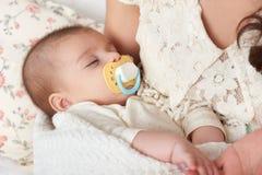 Sono do bebê na mão da mãe, conceito de maternidade feliz fotografia de stock