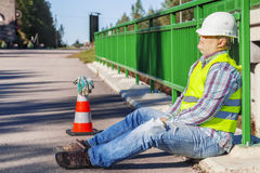 Sono do trabalhador de construção de estradas na ponte fotos de stock royalty free