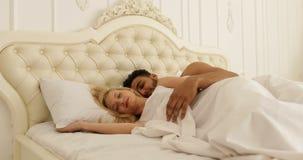 Sono dos pares que encontra-se no quarto moderno branco da casa da mulher do abraço do homem da cama vídeos de arquivo