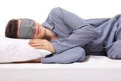 Sono masculino novo em um descanso com máscara de olho foto de stock royalty free