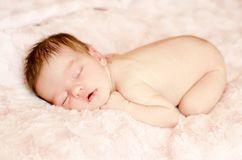 Sono recém-nascido despido do bebê imagens de stock
