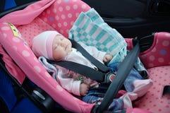 Sono recém-nascido no banco de carro Conceito da segurança Bebê infantil condução segura com crianças Estilo de vida do cuidado d Imagem de Stock Royalty Free