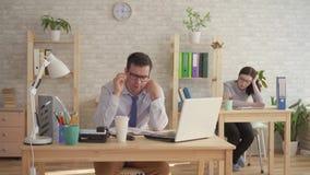 Sono sonolento dos trabalhadores de escritório, do homem e da mulher no trabalho vídeos de arquivo