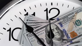 $100 sono sull'orologio Lle denominazioni di 2009 video d archivio