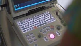 Sonograph bildskärm på operation stock video
