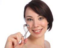 Sonría por la mujer del beautician que usa el bigudí del latigazo del ojo fotos de archivo libres de regalías