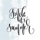 Sonríe es verano - mano que pone letras al cartel de la tipografía sobre cita positiva del tiempo de verano libre illustration