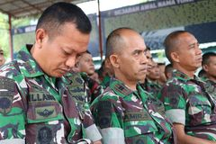 Sonríe la policía indonesia foto de archivo libre de regalías