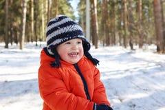 Sonriendo 18 meses de bebé que camina en bosque Foto de archivo
