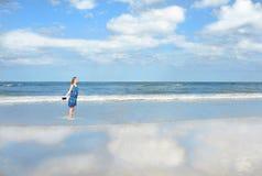 Sonriendo, muchacha feliz que disfruta de día en la playa Imagenes de archivo