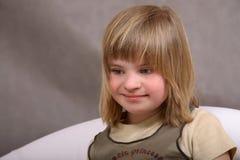 Sonriendo, muchacha perjudicada feliz Fotografía de archivo