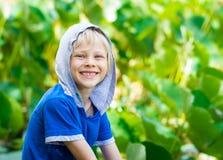 Sonriendo, niño sano en naturaleza foto de archivo libre de regalías