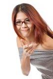 Sonriendo, positivo, mujer amistosa con el punto de la lente en usted Fotografía de archivo libre de regalías