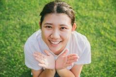 Sonrisa adolescente asiática inocente joven linda Imágenes de archivo libres de regalías