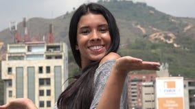 Sonrisa adolescente bastante emocionada de la muchacha Imágenes de archivo libres de regalías