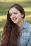 Sonrisa adolescente con el pelo largo Fotografía de archivo