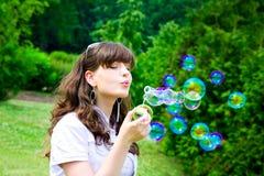 Sonrisa adolescente con las burbujas de jabón Imagen de archivo