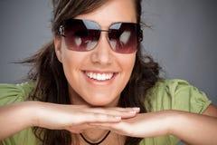 Sonrisa adolescente con las gafas de sol Imágenes de archivo libres de regalías