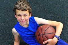 Sonrisa adolescente con un baloncesto Fotografía de archivo