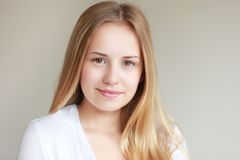 Sonrisa adolescente de la muchacha Fotos de archivo libres de regalías