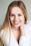Sonrisa adolescente de la muchacha Fotografía de archivo libre de regalías