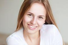 Sonrisa adolescente de la muchacha Foto de archivo