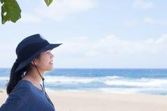Sonrisa adolescente de la muchacha, mirando hacia fuera sobre el océano, perfil lateral Fotografía de archivo