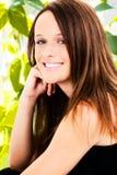 Sonrisa adolescente de Teethy de la muchacha afuera Foto de archivo libre de regalías