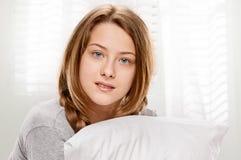 Sonrisa adolescente en cama Imagen de archivo libre de regalías